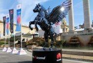 Скульптура Пегаса из смартфонов