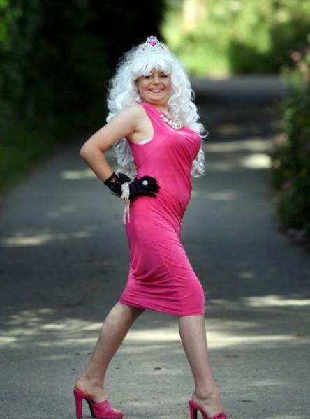 Трансвестит в платье, нигер заставил сосать парню