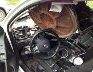 Крышка люка прилетела в автомобиль